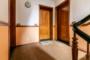 Ruhig und Zentral gelegene 3 Zimmer mit Balkon und Aufzug. - Wohnungstür (rechts)
